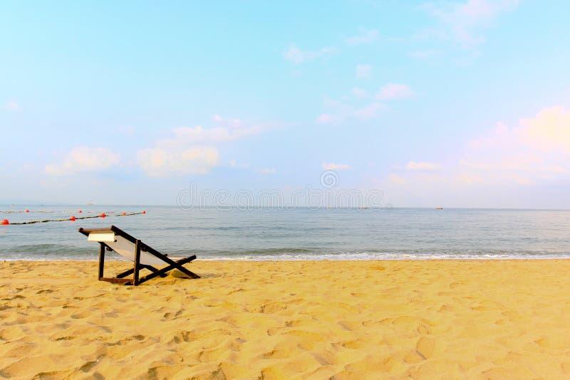 在海滩的空的空间椅子装饰 免版税库存照片