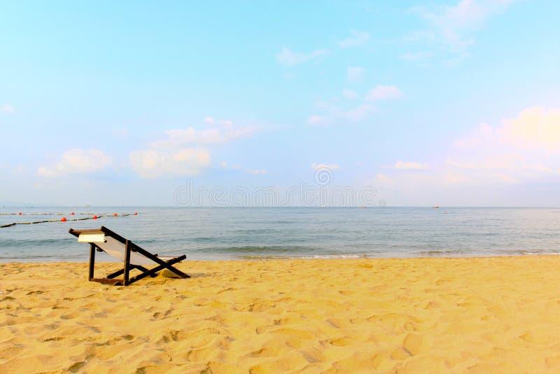 在海滩的空的空间椅子装饰 库存图片