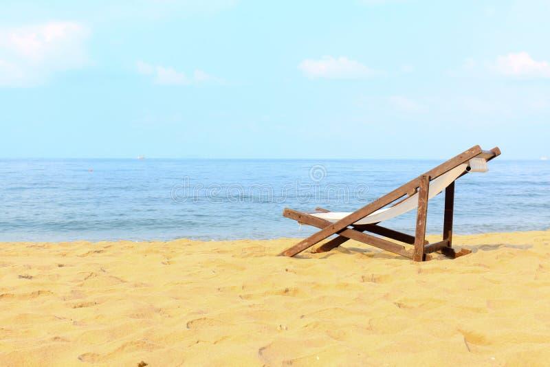 在海滩的空的空间椅子装饰 免版税图库摄影