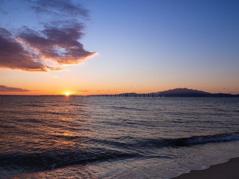 在海滩的美好的日落卡瓦拉,希腊 库存图片