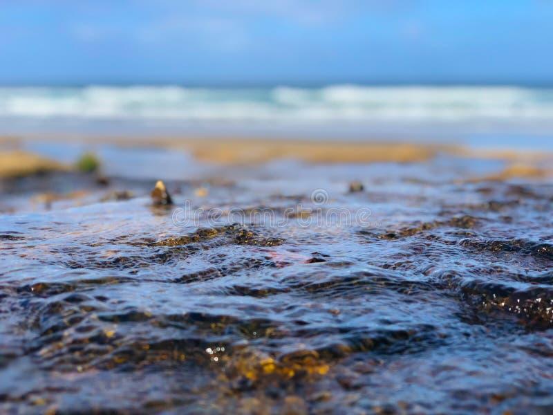 在海滩的选择聚焦宏观接近的浪潮与boken背景 库存照片