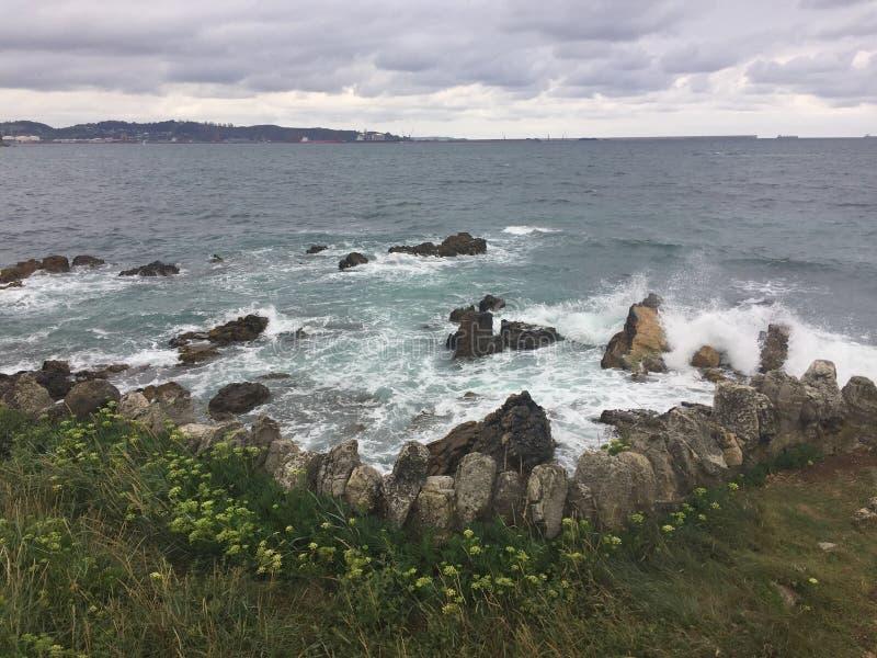 在海洋的多云夏日在阿斯图里亚斯西班牙 免版税库存图片