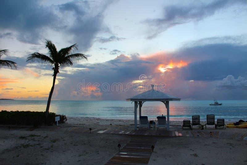 在海,长岛,巴哈马的日落 免版税库存照片