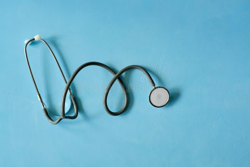 在浅兰的背景isoleted的听诊器 免版税库存照片