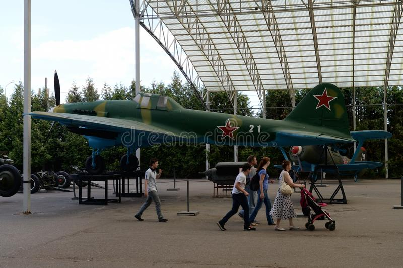 在游览中的人们在军用设备博物馆在Poklonnaya小山的在莫斯科 库存图片