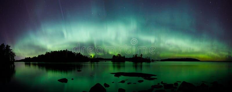 在湖全景的美好的北极光 图库摄影