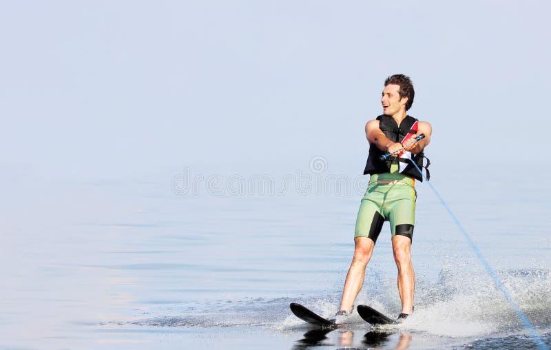 在湖的特写镜头人乘坐的滑水橇在夏天在好日子 水活跃体育 文本的空间 免版税库存照片