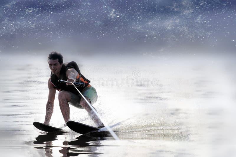 在湖的特写镜头人乘坐的滑水橇在夏天在好日子 水活跃体育 文本的空间 免版税库存图片