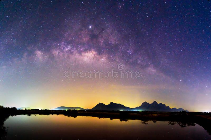 在湖的银河有在夜间的反射的 图库摄影