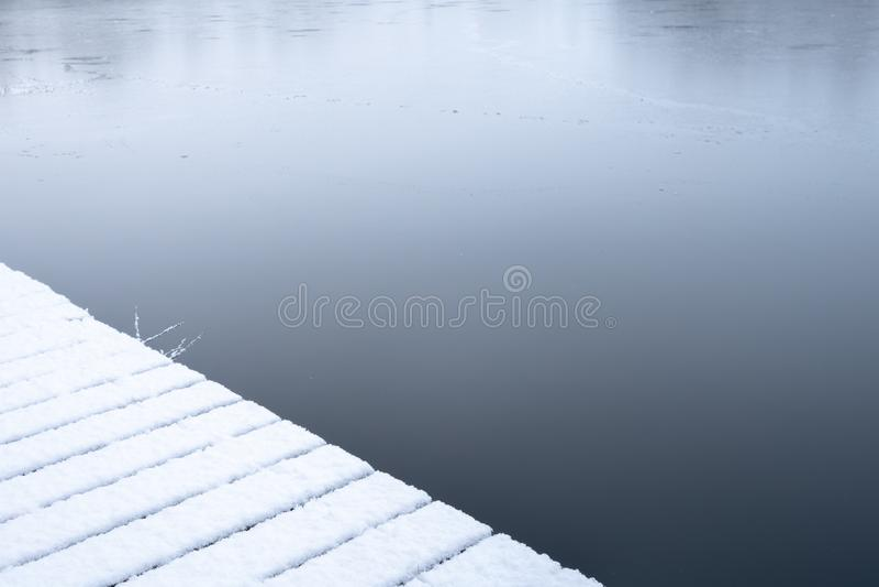 在湖跳船的雪 库存图片
