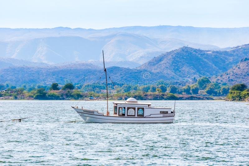 在湖Pichola的帆船在乌代浦,印度 库存照片