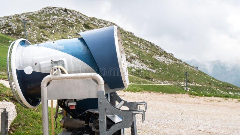在滑雪场的雪大炮 在阿尔卑斯 没有雪的滑雪倾斜在温暖的春天期间 不是季节 免版税图库摄影