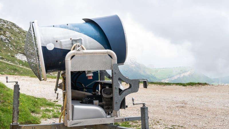 在滑雪场的雪大炮 在阿尔卑斯 没有雪的滑雪倾斜在温暖的春天期间 不是季节 免版税库存照片