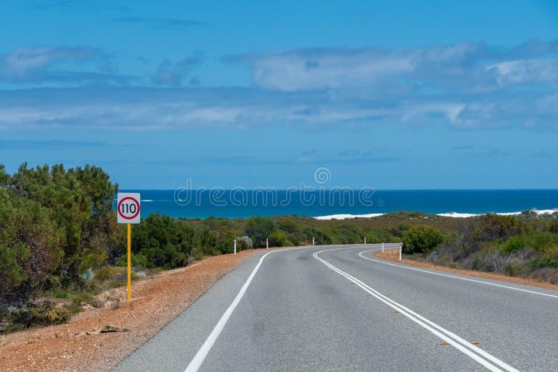 在澳大利亚的西海岸的印度洋路接近珀斯的有灌木和海洋的 库存图片