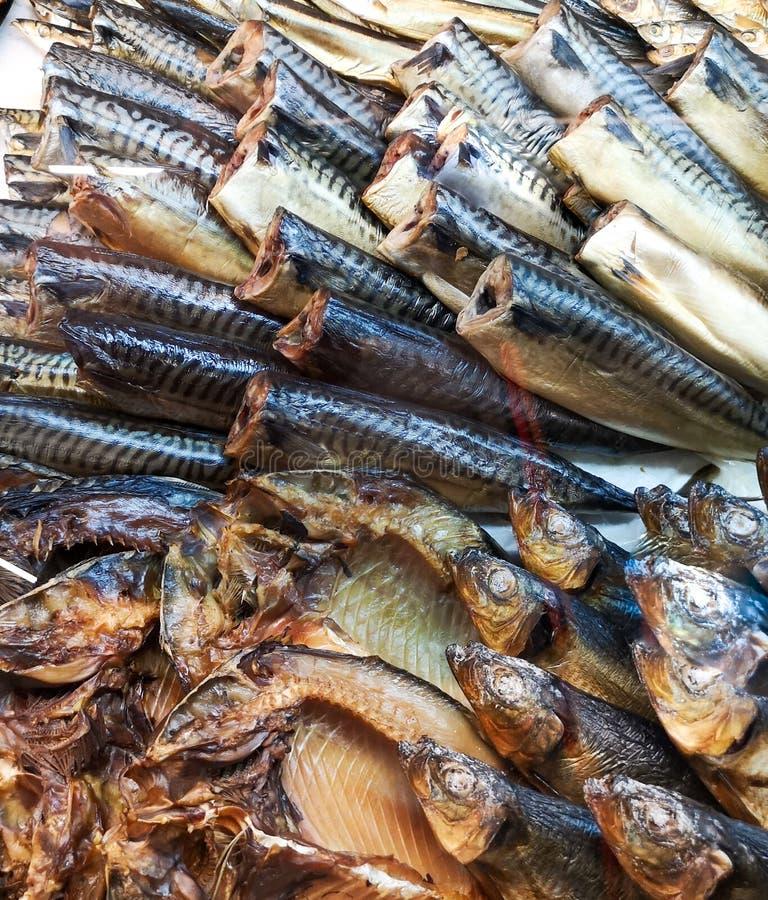 在柜台的熏制的鱼在商店 图库摄影