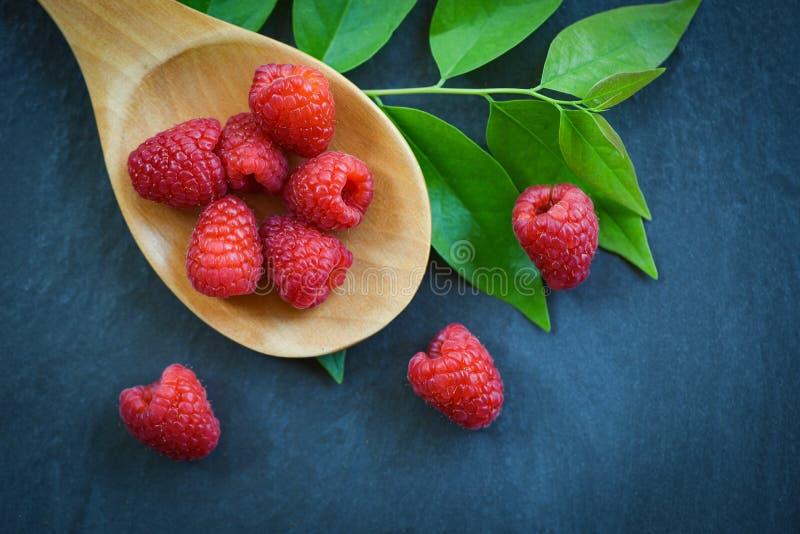 在木匙子/顶视图红色成熟莓果子和绿色叶子的新鲜的莓 库存图片