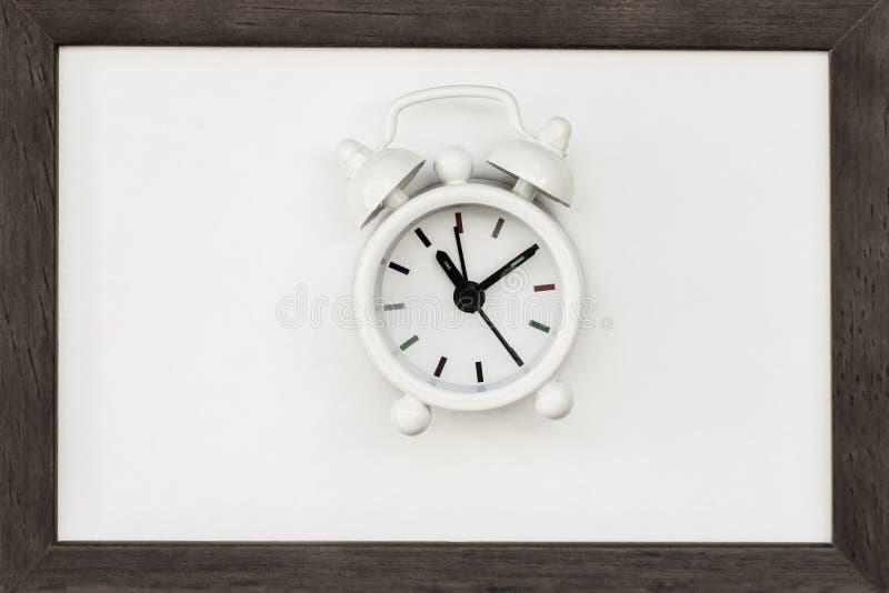 在木制框架的老白色闹钟 时间,最后期限,读秒的概念 平的位置 顶视图 免版税库存照片