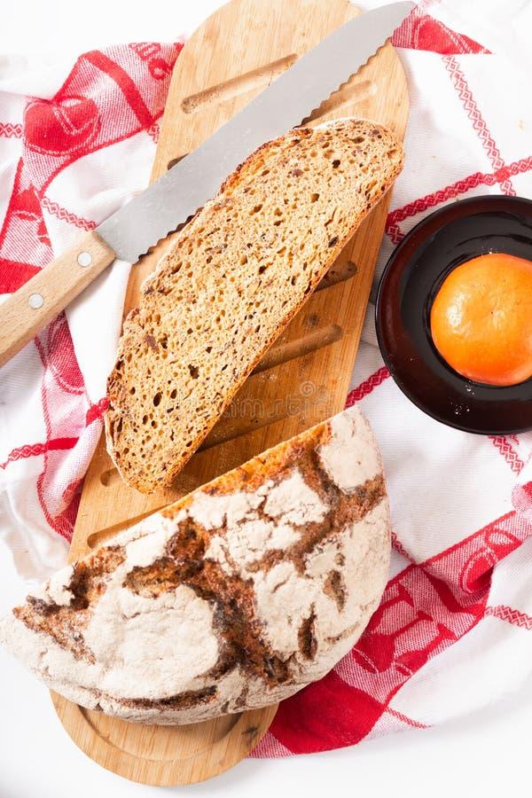 在木切板的食物概念有机法国发酵母切片 免版税库存图片