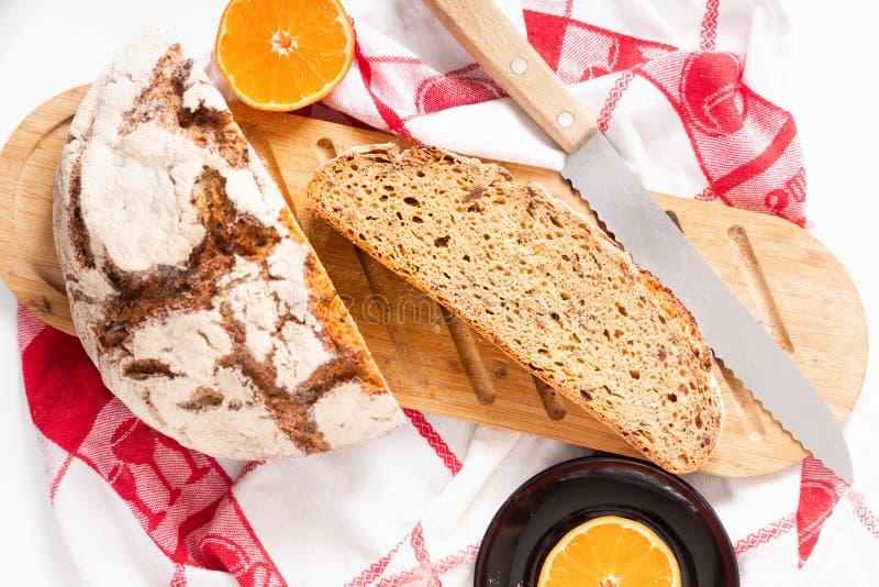 在木切板的食物概念有机法国发酵母切片 图库摄影