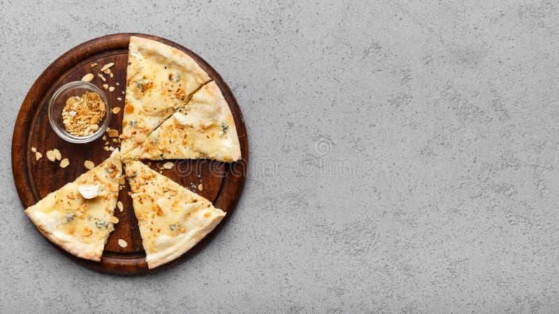 在木板的意大利比萨四乳酪 库存照片