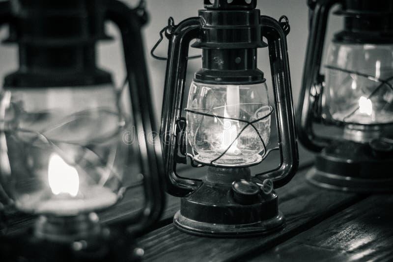 在木桌上的油灯笼在黑白 库存图片
