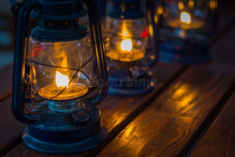 在木桌上的油灯笼 免版税库存图片