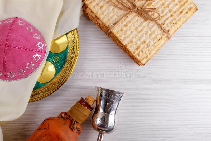 在木桌的逾越节发酵的硬面犹太假日面包 免版税库存照片