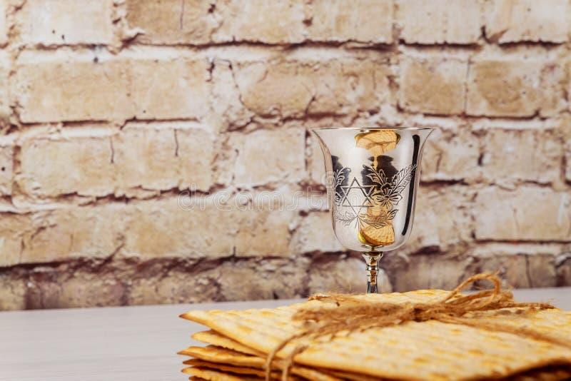 在木桌的逾越节发酵的硬面犹太假日面包 库存图片