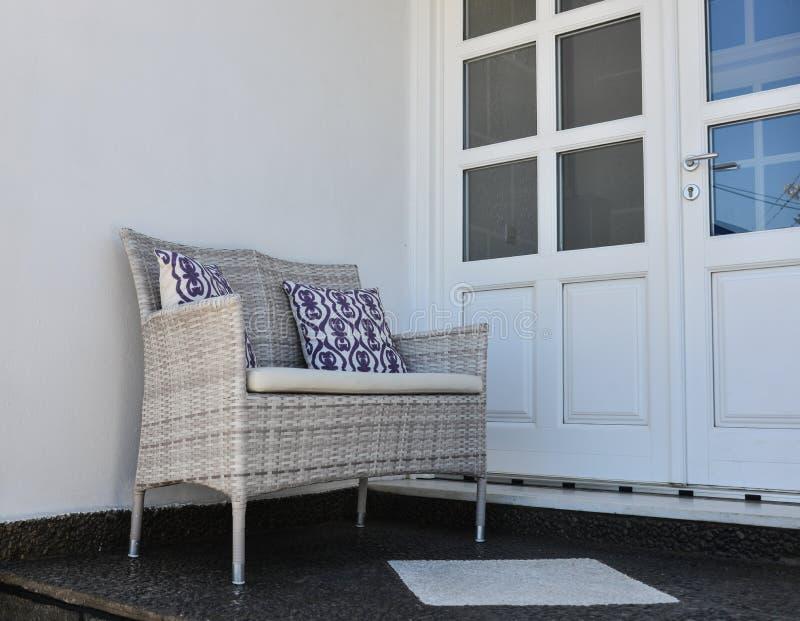 在木房子的放松的椅子 免版税库存图片