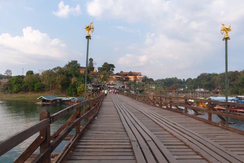 在木星期一桥梁拥挤的游人在kanchanaburi 库存照片