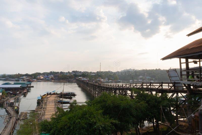 在木星期一桥梁拥挤的游人在kanchanaburi 免版税图库摄影