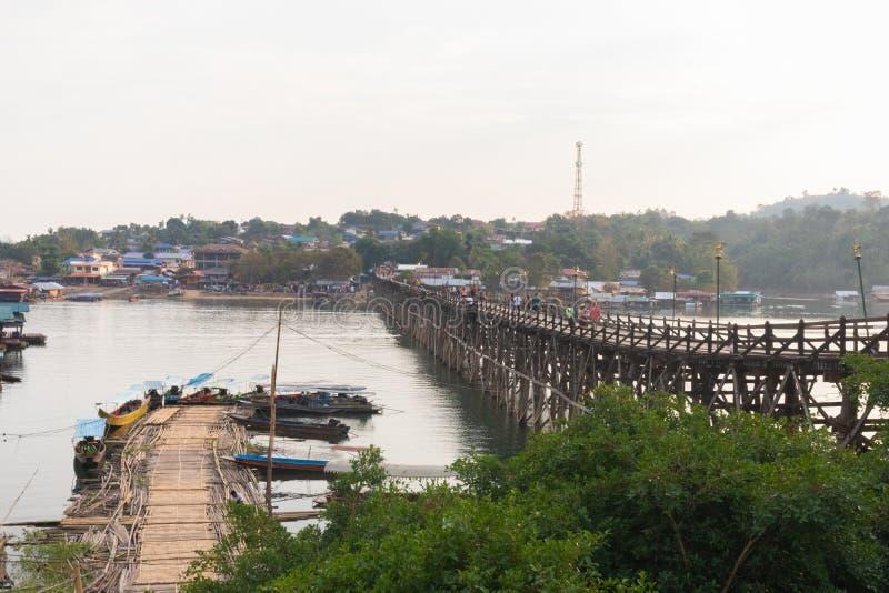 在木星期一桥梁拥挤的游人在kanchanaburi 免版税库存图片