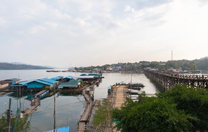 在木星期一桥梁拥挤的游人在kanchanaburi 库存图片