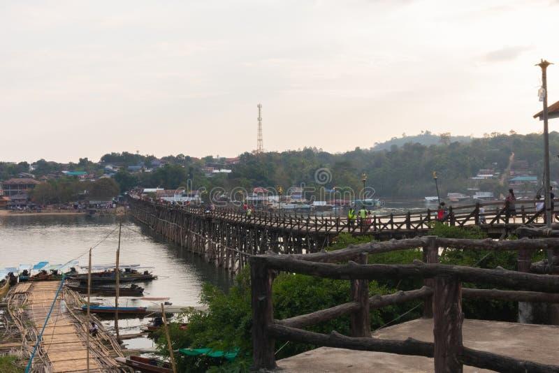 在木星期一桥梁拥挤的游人在kanchanaburi 免版税库存照片