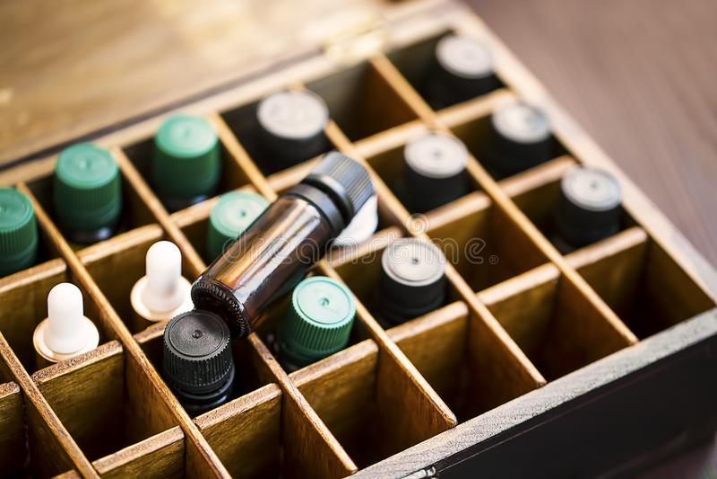 在木箱的芳香疗法精油 与精油瓶的草本替代医学在木箱,健康有机 免版税库存照片