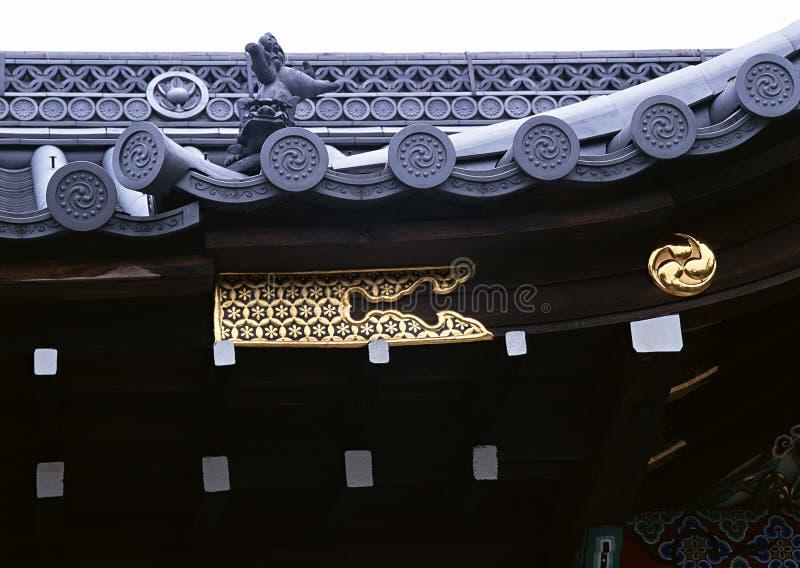 在木装饰建筑学的日本花卉金子 库存照片