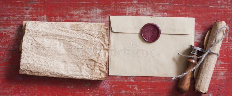 在木背景的深褐色信封 图库摄影
