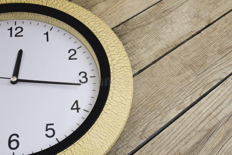在木背景的时钟 复制空间 免版税图库摄影