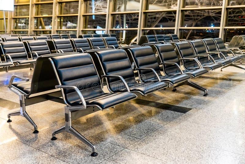 在机场门的等待的离开区域在晚上 库存图片