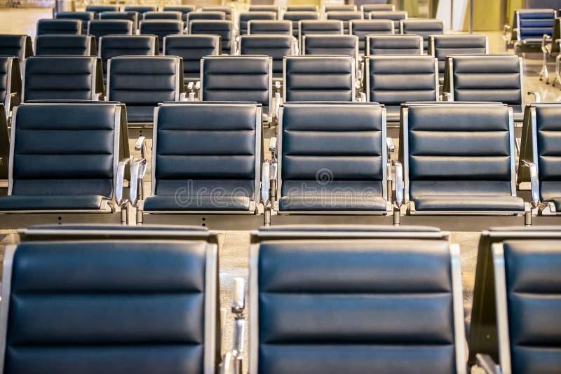 在机场门的等候室,空的椅子行在机场 库存图片
