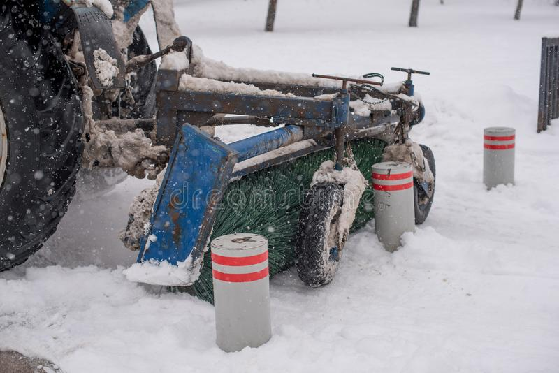 在暴雪期间,吹雪机清洗街道 图库摄影