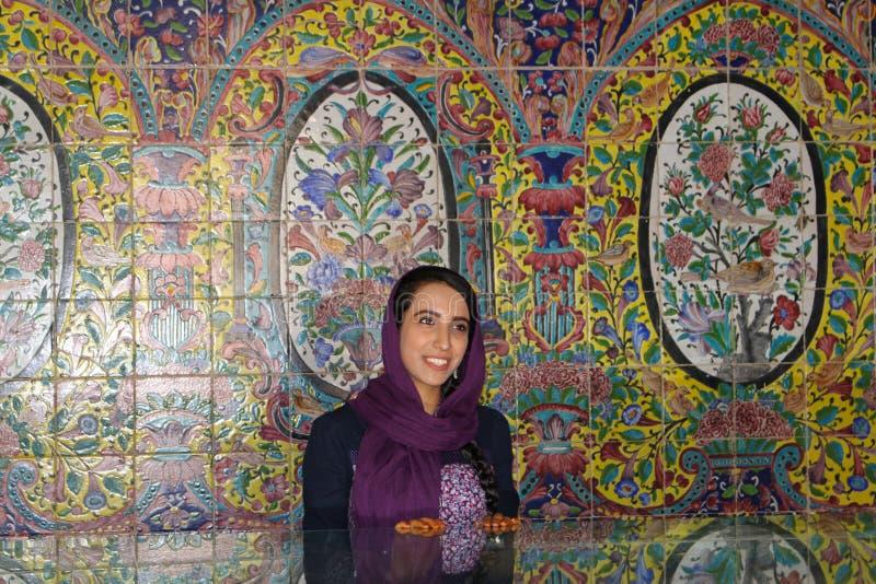 在戈莱斯坦宫殿,德黑兰里面的伊朗女孩 免版税库存照片