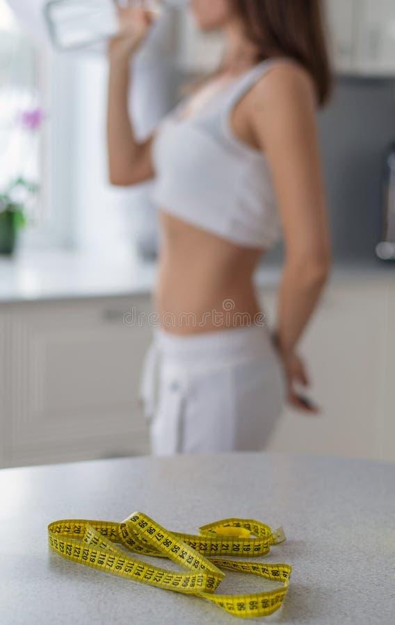 在春天之前丢失重量,女孩的图 免版税图库摄影