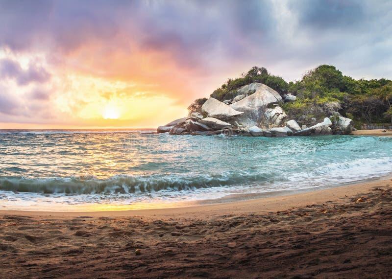 在日出的热带海滩在海角圣胡安- Tayrona国立公园,哥伦比亚 库存图片