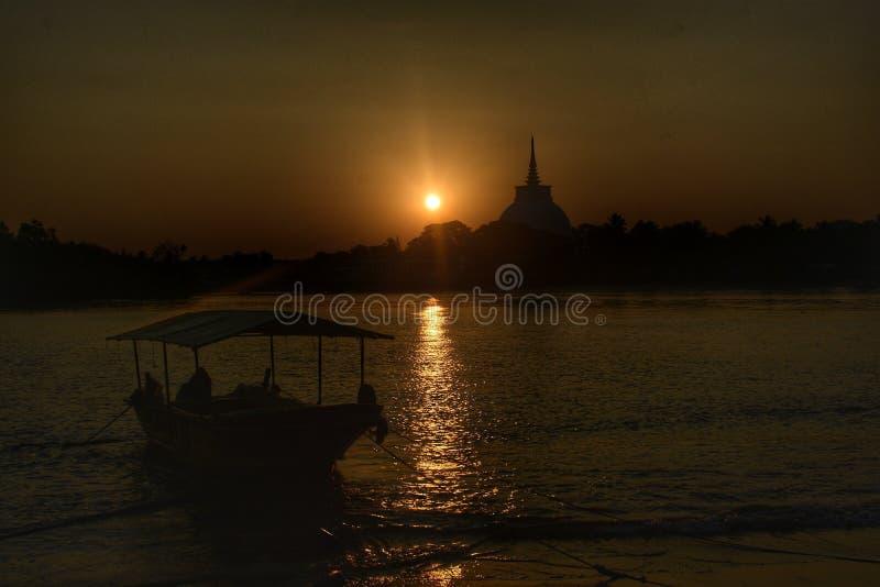 在日落的风帆 免版税库存照片