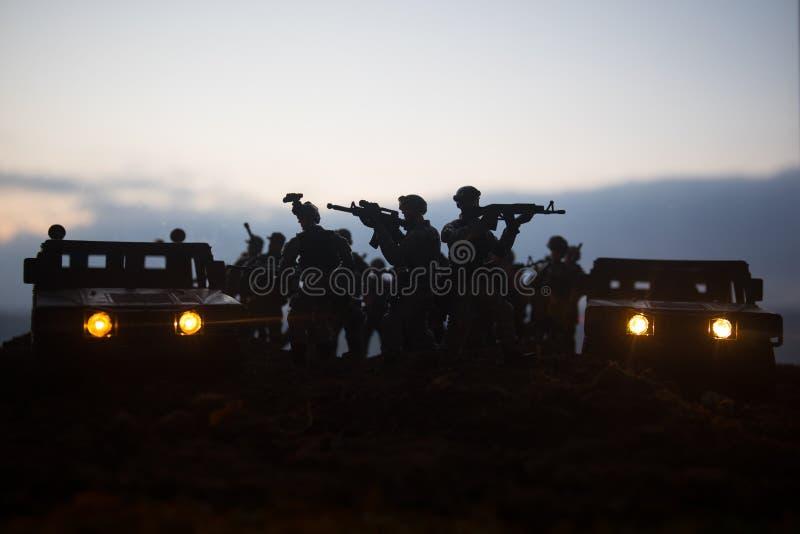 在日落背景的军用巡逻车 军队战争概念 装甲车剪影有枪的在行动 装饰 有选择性 免版税库存照片
