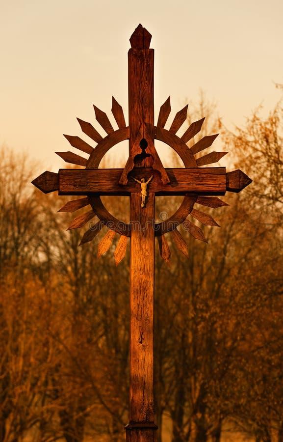 在日落,圣地在立陶宛,自然背景,温暖的色彩的木十字架 免版税库存图片
