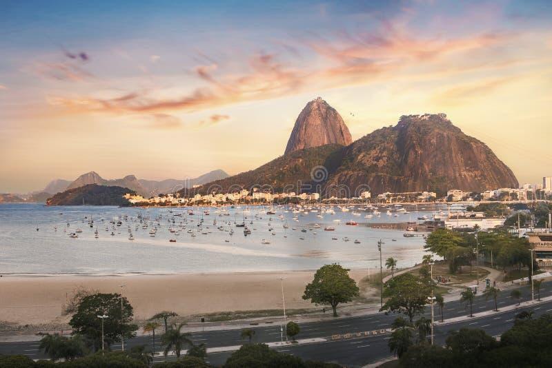 在日落-里约热内卢,巴西的博塔福戈、瓜纳巴拉湾和老虎山山 免版税库存照片
