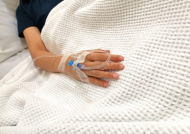在患者的右臂插入的滴水管在医院 库存照片