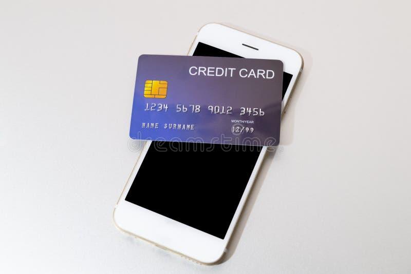 在手机上把放的信用卡 免版税库存图片